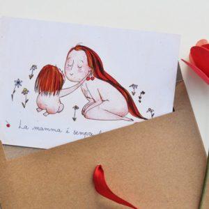 """Cartolina con busta e fiocco rosso. Biglietto festa della mamma """"La mamma è sempre la mamma"""". Bimba e madre giocano con ciliegie."""