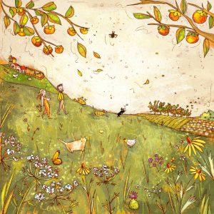 Coppia in campagna con cani e gatti in un campo di fiori